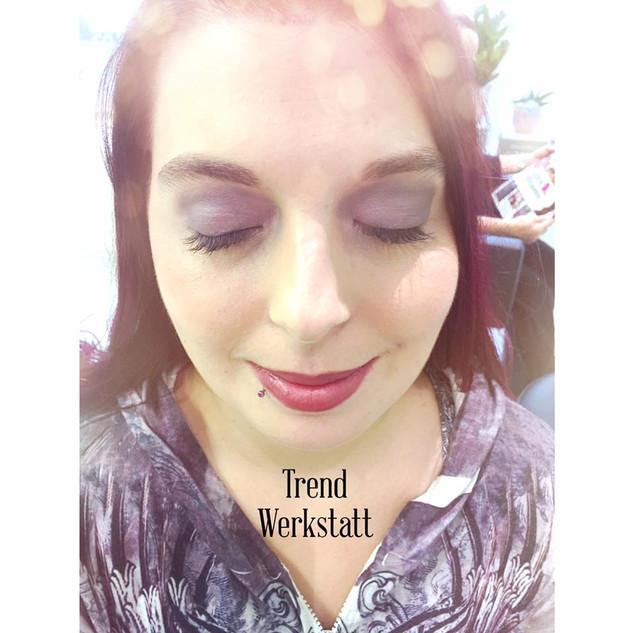 Leichtes Fest-Make Up in silber-lila Tönen