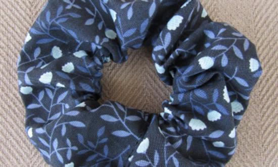 Winter blooms scrunchie