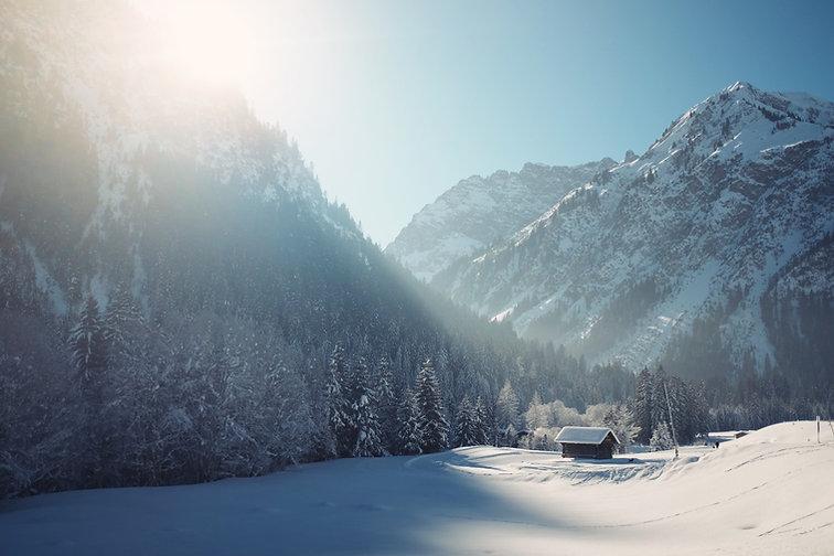Cabina del invierno con nieve