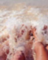 Pés no mar