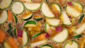 מרק ירקות בניחוח קוקוס בתוספת גרגירי חומוס