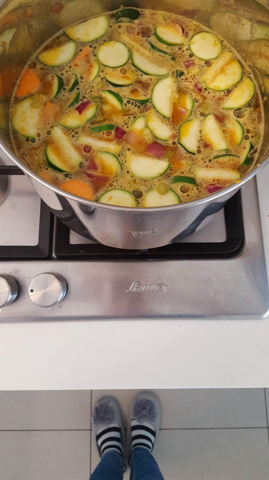 הכי כיף להכין מרק בנעלי בית