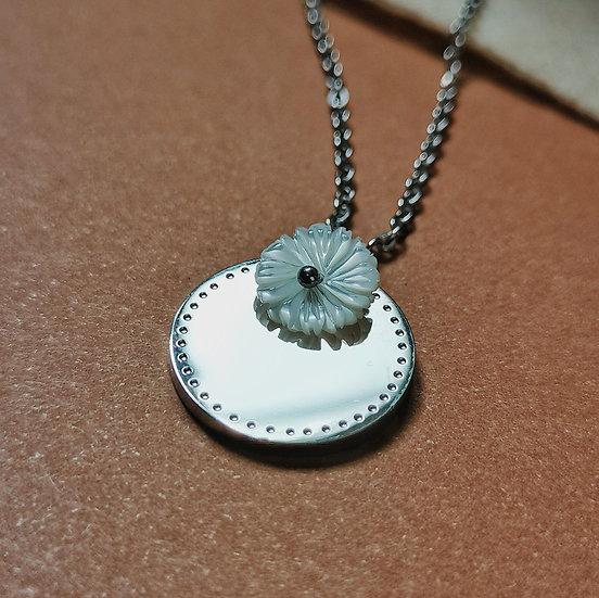 Collier argenté, et motif floral