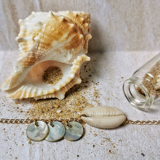 Bijoux en chaîne avec 3 sequin en nacre et un cauri