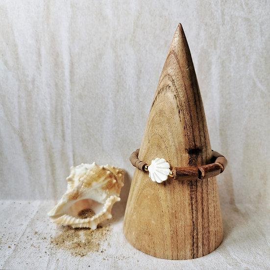 Bracelet avec perles en bois marron tabac et perles heishi taupe, au milieu un coquillage en nacre