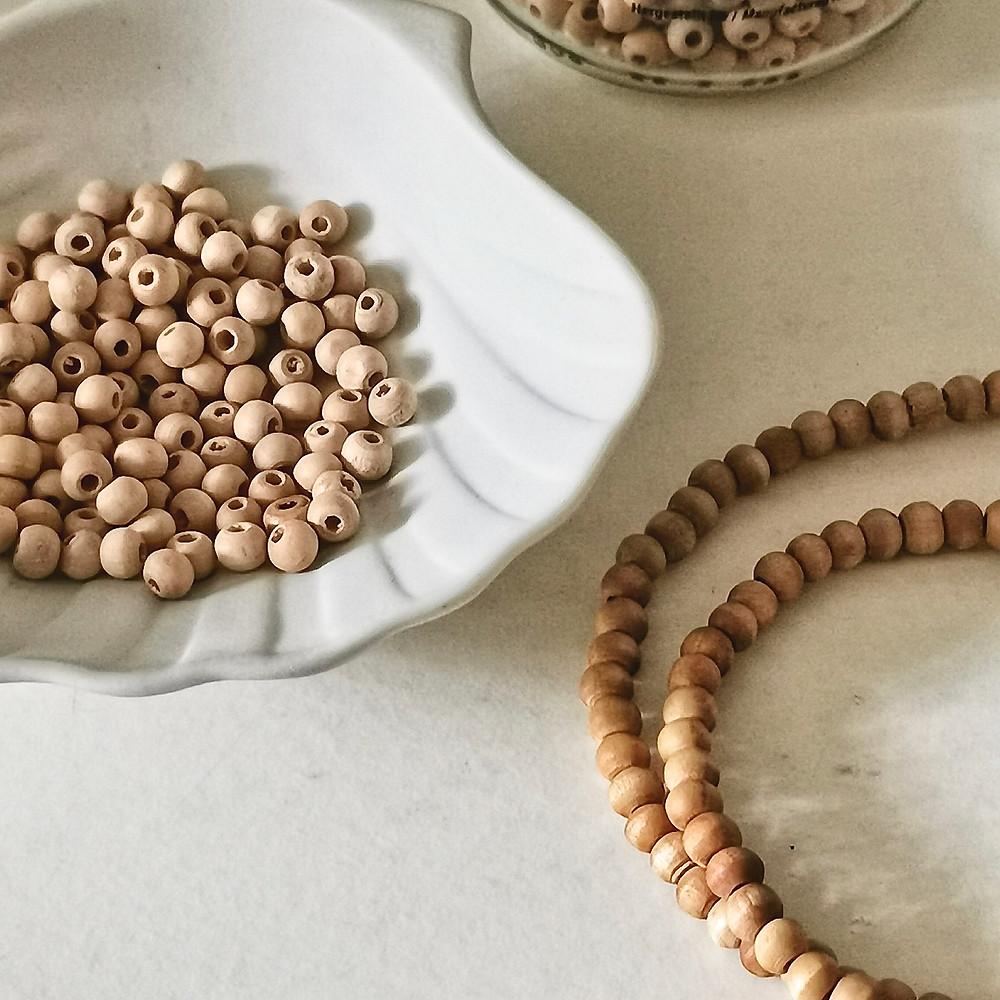 entretenir ses perles en bois avec de l'huile végétale, à gauche sans traitement, à droite des perles qui ont été badigeonnée d'huile