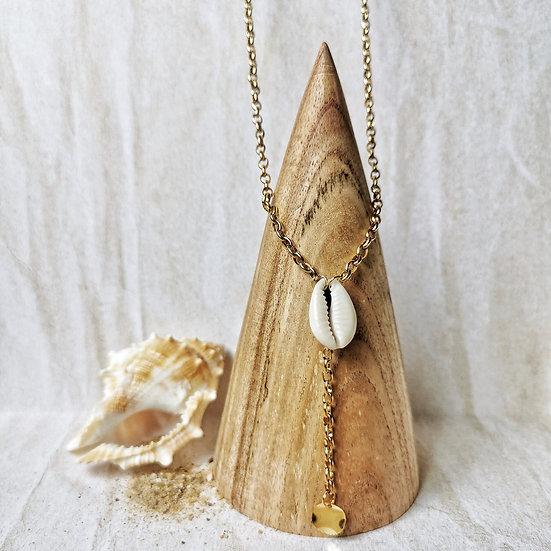 Collier long en chaîne doré, avec un cauri au centre et un petit sequin doré