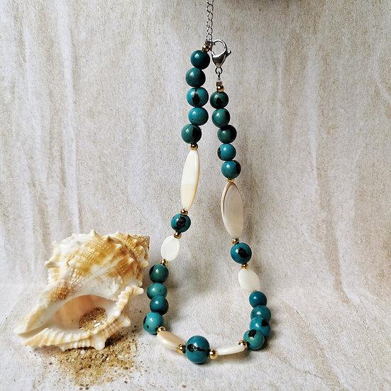 Bijou avec des matières naturelles, perles graines bleues et nacre