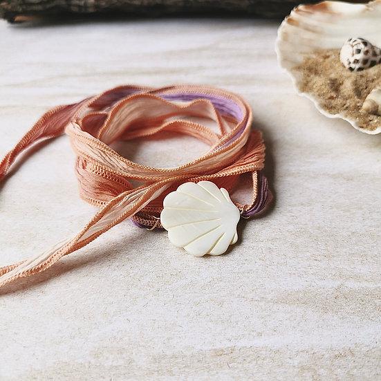 Bracelet en soie véritable aux couleurs pastels, avec une perles en nacre en forme de St Jacques