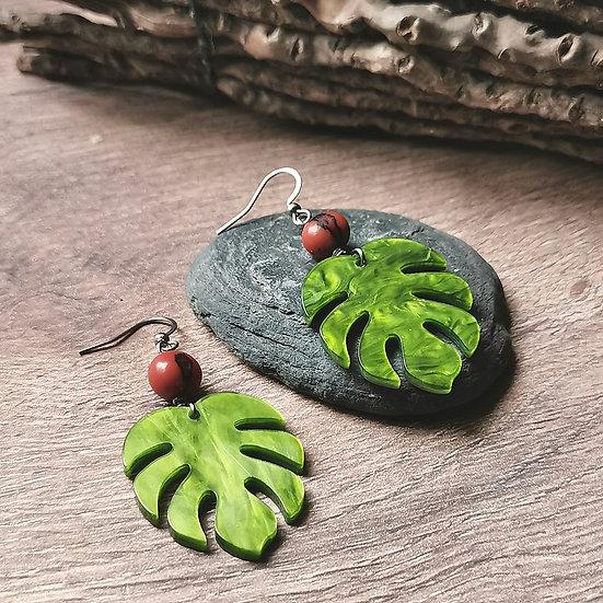 Boucles d'oreilles avec graines d'açaï et pendentifs en forme de feuille monstera, avec un effet irisé