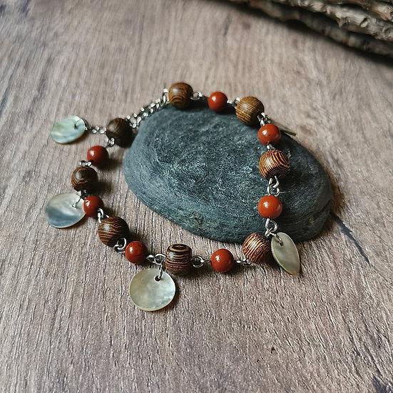 Bracelet chaîne, perles en bois tropical, jaspe rouge et sequins en nacre