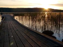 Steg in den Sonnenuntergang