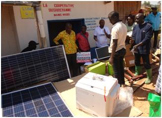 HAKIZIMANA Félic (en chemise rouge, devant la porte) lors de la présentation des équipements par Prosper NDAYISHIMIYE (à sa gauche en tricot blanc), un cadre de FVS de Bujumbura