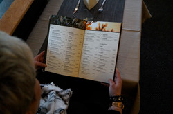Gast liest Speisekarte