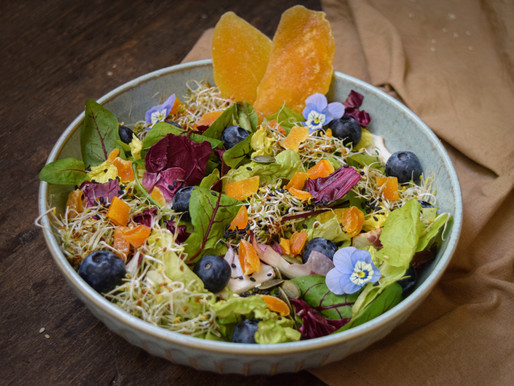 Green salad with dried mango dressing