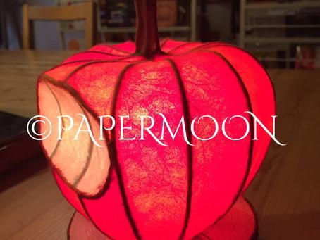 赤いりんごのランプ(生徒作品) | 手作りライト照明教室 PAPERMOON(東京 自由が丘)