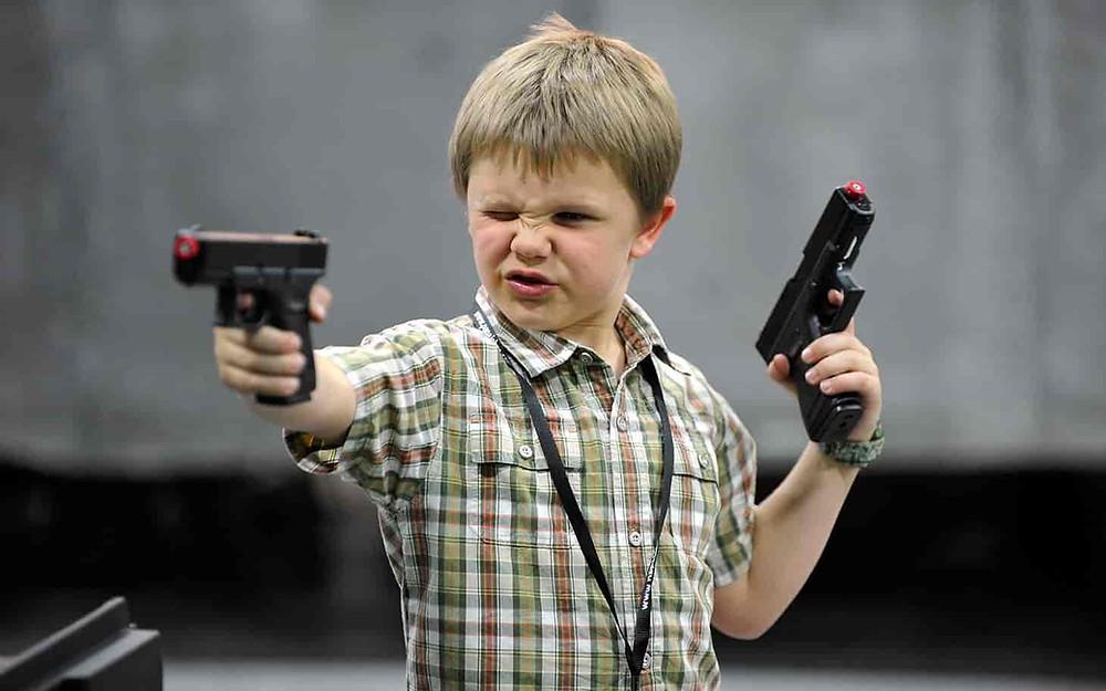 menor pistola de juguete