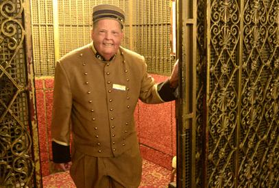 El botones del ascensor  u operador de la cabina elevadora.