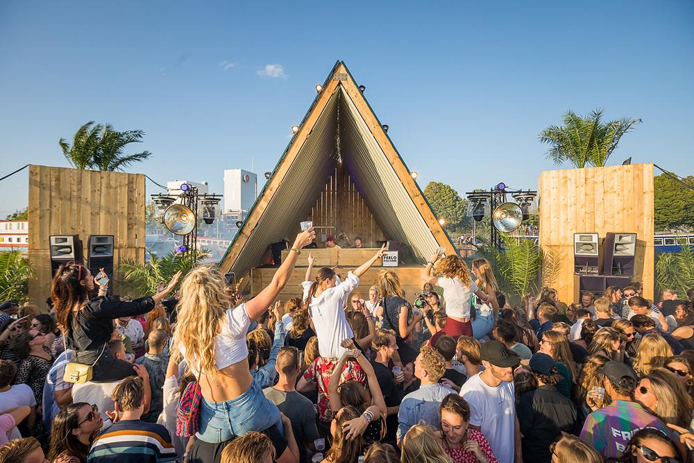 Goeie sfeer tijdens in het zand festival
