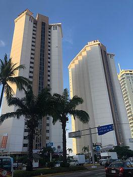 1200px-Torres_Gemelas_Acapulco.jpg