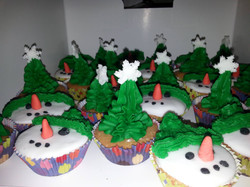 Snowman and christmas tree cupcakes