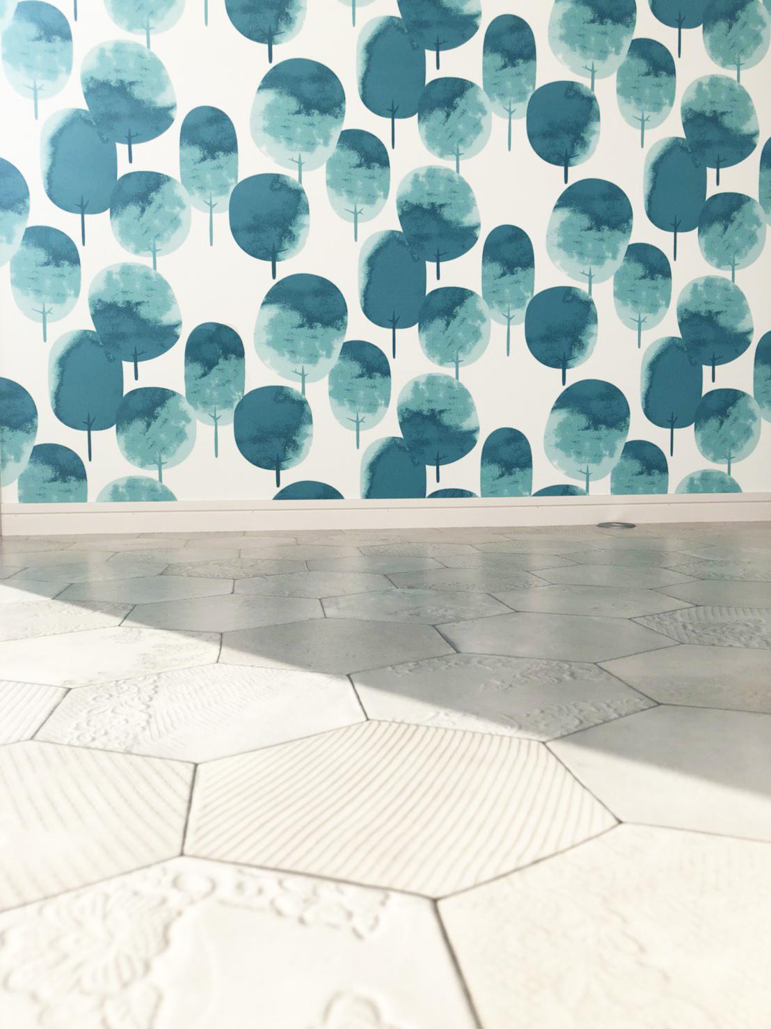 ユーティティスペース(家事室)の壁と床のクロス。清潔感と女性らしさがつま