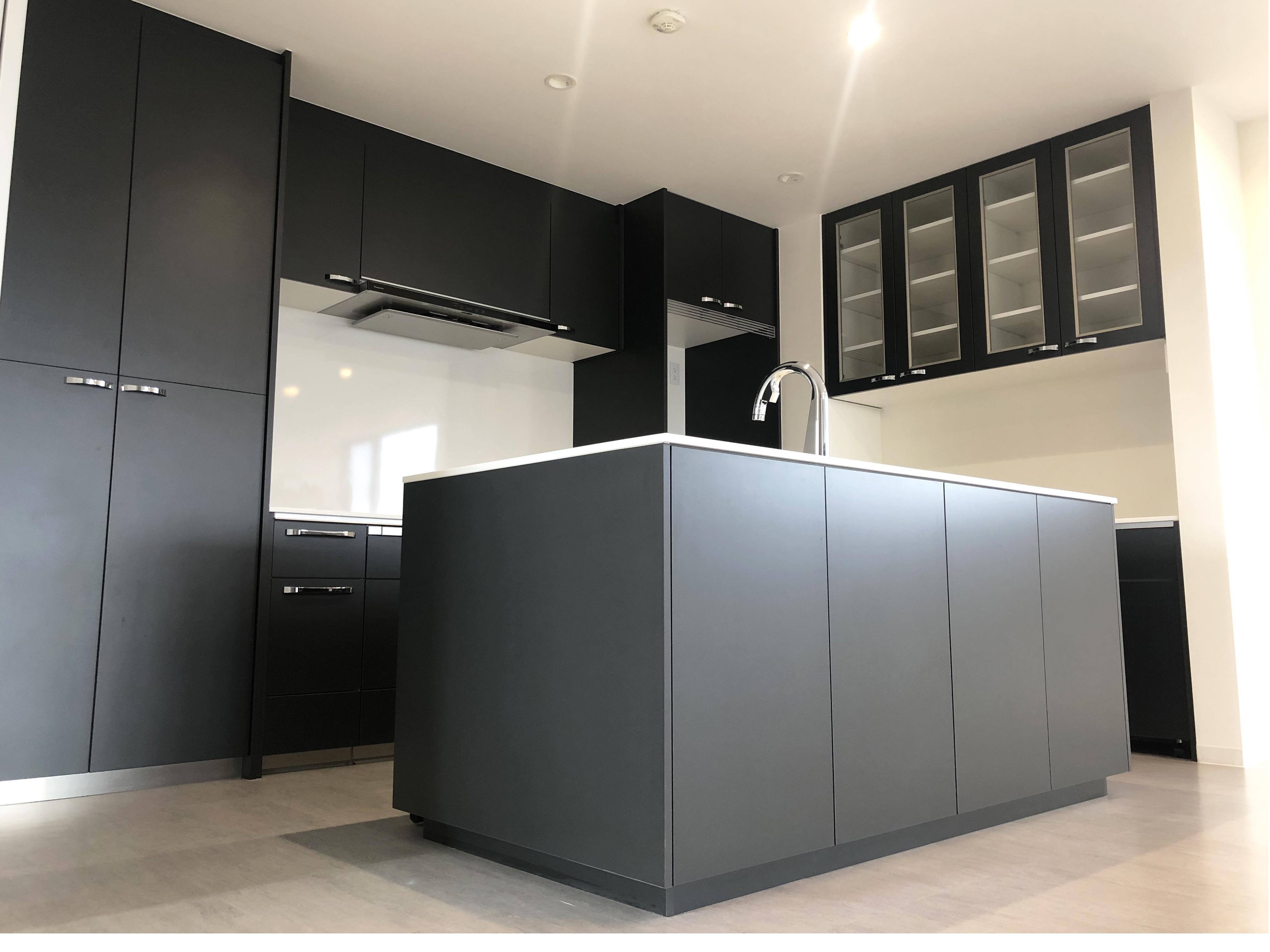 白と黒を基調としたキッチン