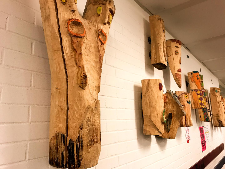 Ausgestellte Holzarbeit im Schließfachbereich.