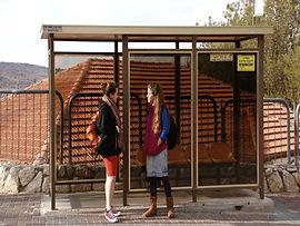 בתחנת האוטובוס