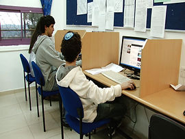 ליד המחשב