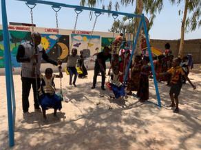 """Igreja local em Burkina Faso inaugura parquinho para as crianças: """"Cuidado de Deus dando alegria""""."""
