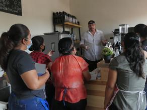 Mujeres de la cooperativa RETAR reciben capacitación de barismo.