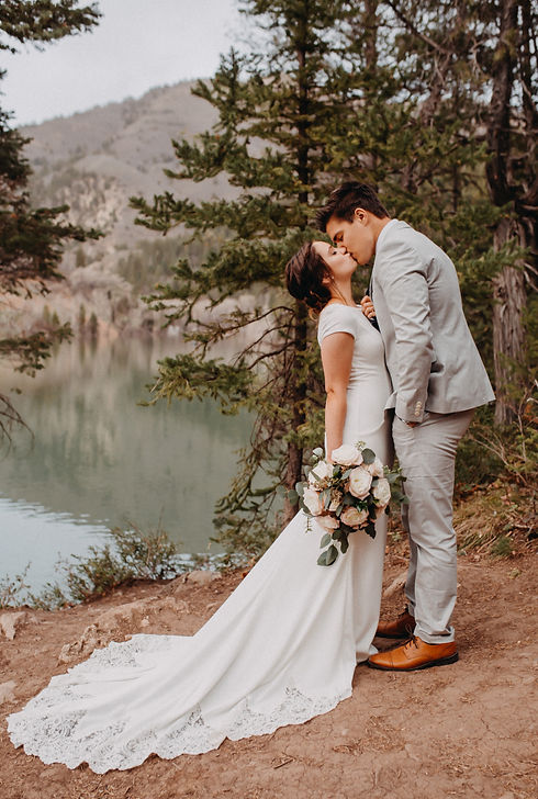 Chelsea Jessop photography Natural light bridal photo kissing on a mountain