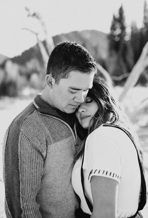 Chelsea Jessop photography Engagement pictues; couple picturs; naural light wedding photography; winter in the forest; black and white cuddling picture