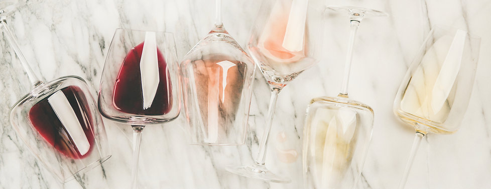 red-rose-white-wine-in-glasses-and-corks