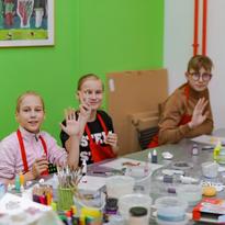Дети рисуют витражными красками