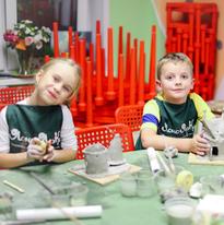 Дети лепят домики из глины