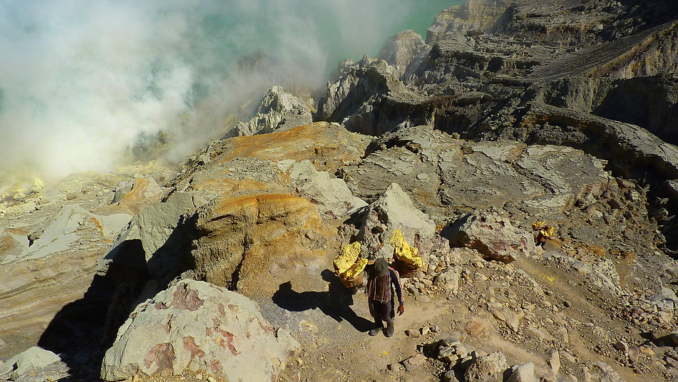 photographe francais french photographer travel photography photographie voyage landscape paysage paysaje people volcano porteur soufre porter sulfer indonesie indonesia kawah ijen java smoke