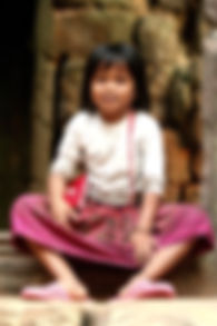 photographe francais french photographer travel photography photographie voyage light colorful colourful couleurs angle beauty composition perspective people local portrait street locaux little girl child cambodia cambodge siem reap temple ta prohm