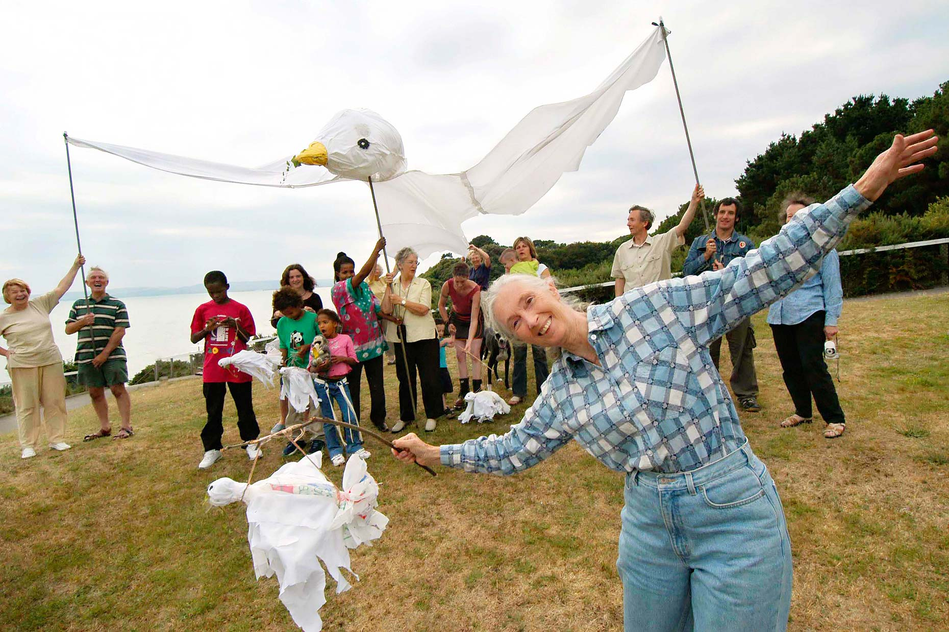 0920 Jane-Goodall-Giant-Peace-Dove-Roots-and-Shoots-Day-of-Peace-Bournemouth-Press-and-Editorial