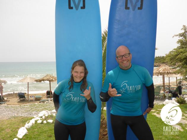 Vater und Tochter beim Familien-Surftag