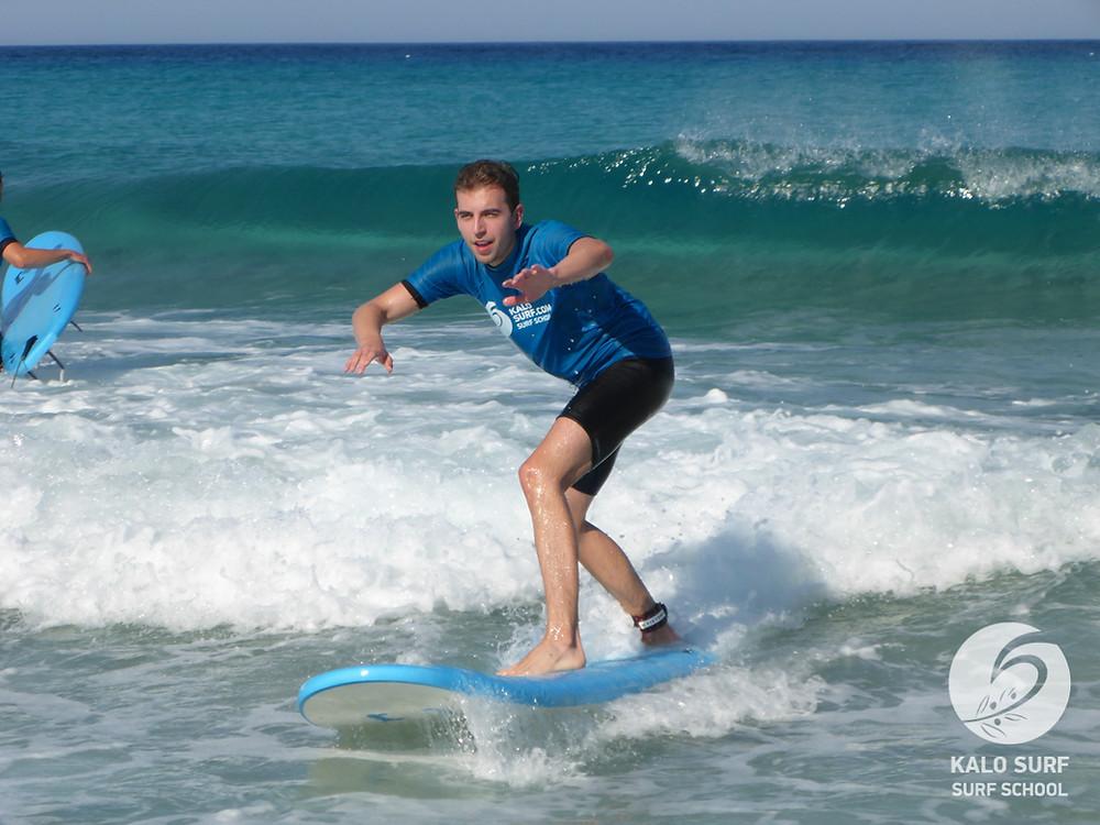 Wellenreiten im Surfkurs auf Kreta