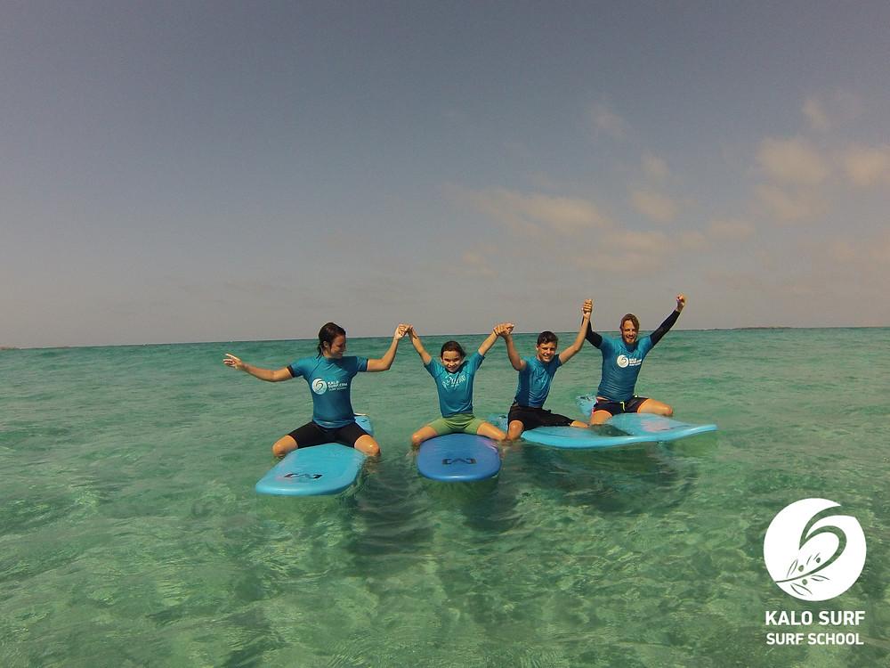 Gruppenbild Surfer auf Surfbretter