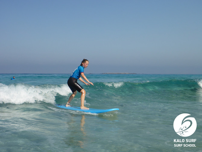 Wellenreiten auf Kreta in glasklarem Wasser