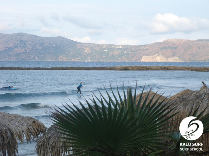 Gechillte Surfsession am Strand von Kissamos, Kreta