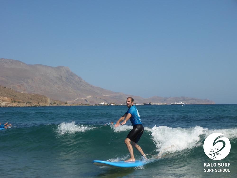 Take off auf einer grünen Welle auf Kreta, Surfkurs