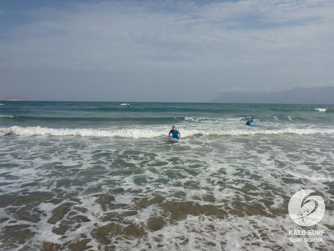 Wellenreiten am Strand von Kissamos