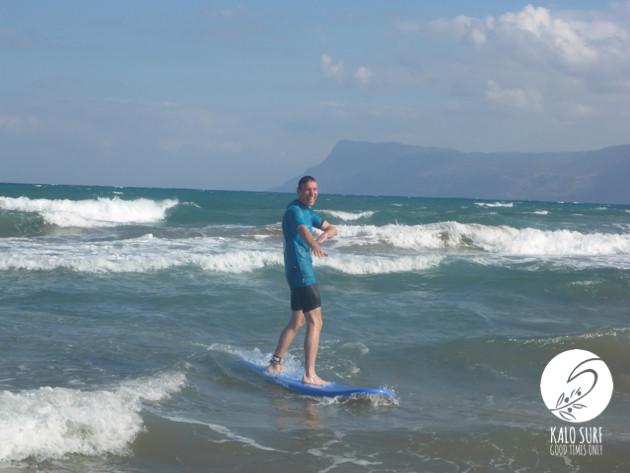 Kurven Fahren beim Surfkurs auf Kreta