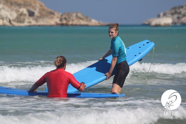 Surflehrer mit Surfschülerin auf Kreta