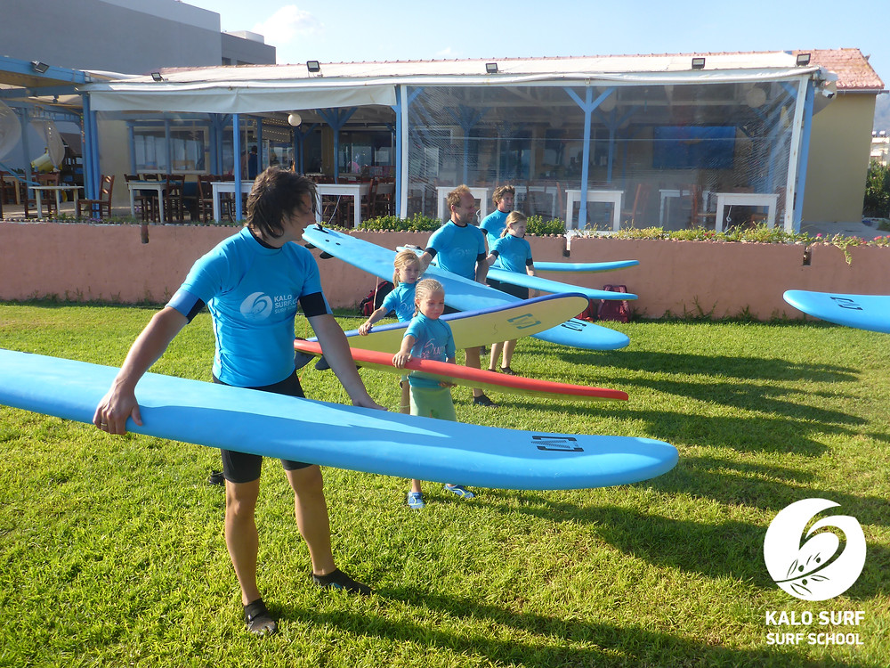 We learn how to carry the surf board